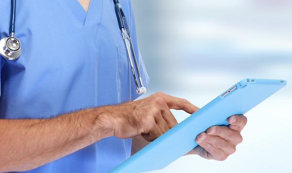 Arzt nutzt Tablet-PC um auf die MedCast Platform zuzugreifen