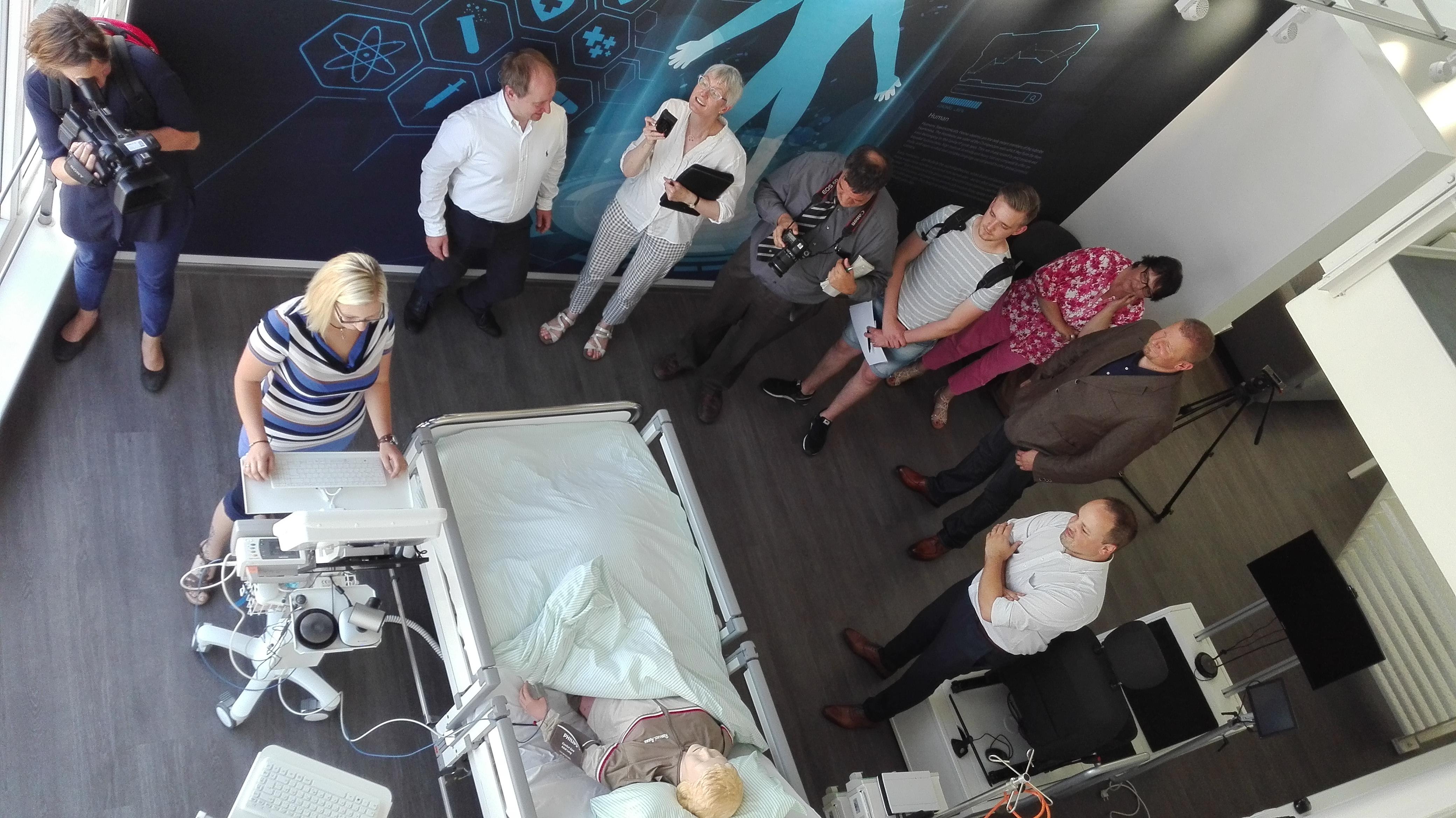 Dr. Raphael Walocha (2. v. rechts), Eveline Moll (3. v. rechts) und Nancy Heizmann (2. v. links) bei der Pressevorstellung des Pilotprojekts.